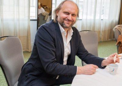 Václav Němeček, ředitel nadačního  fondu, také namaloval hrníček.