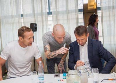 Výtvarník Michael radí jak na to:). zleva Jiří Jarošík, bývalý hráč Sparty a Chelsea FC, Pavel Kuka.