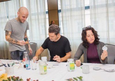 Herec Radim Fiala a jeho kolegyně herečka Daniela Choděrová. Oba pilně pracují.